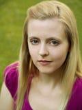 Portret van jonge vrouw met grasachtergrond Stock Fotografie