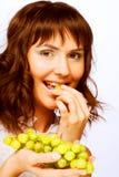 Portret van jonge vrouw met groene druiven stock foto