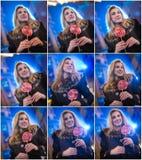 Portret van jonge vrouw met het lange eerlijke haar stellen openlucht in koude de winteravond Mooi blonde die een grote lolly hou Royalty-vrije Stock Fotografie