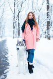 Portret van jonge vrouw met schor hond Stock Foto