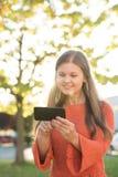 Portret van jonge vrouw met smartphone stock foto
