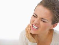 Portret van jonge vrouw met tandpijn Stock Afbeeldingen