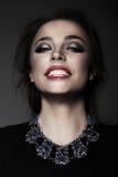 Portret van Jonge Vrouw met Toothy Glimlach stock fotografie