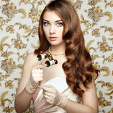 Portret van jonge vrouw met verrekijkers Het Portret van de manier Stock Afbeeldingen
