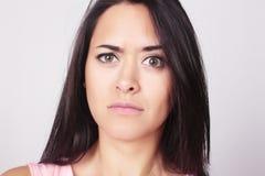 Portret van jonge vrouw met verwarde uitdrukking Stock Afbeelding