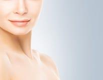 Portret van jonge vrouw met vlotte huid stock afbeeldingen