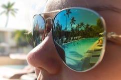 Portret van jonge vrouw op het strand Royalty-vrije Stock Foto