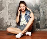 Portret van jonge vrouw op telefoongesprek Stock Afbeeldingen