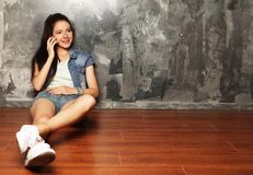 Portret van jonge vrouw op telefoongesprek Stock Foto's