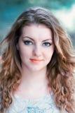 Portret van jonge vrouw openlucht Stock Foto's