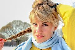 Portret van jonge vrouw in openlucht Stock Foto