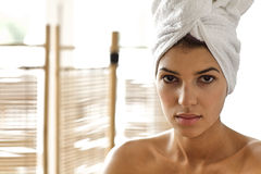 Portret van jonge vrouw in overpeinzing Stock Afbeelding