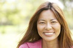 Portret van Jonge Vrouw in Park Stock Fotografie