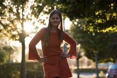 Portret van jonge vrouw in park stock afbeeldingen