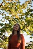 Portret van jonge vrouw in park stock foto's