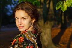 Portret van jonge vrouw in Russische sjaal Royalty-vrije Stock Foto's