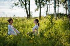 Portret van jonge vrouw twee die van pranayama of de ademhaling van oefeningen, levend ontspannen, voelen en het dromen genieten stock foto's