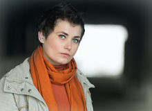 Portret van jonge vrouw vooruit van tunnel Stock Fotografie
