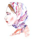 Portret van jonge vrouw zonder make-up in witte en roze gestreepte headscarf, natuurlijke schoonheid Stock Afbeelding