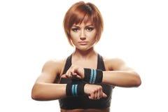 Portret van jonge vrouwelijke atleet die riemen dragen Royalty-vrije Stock Foto's