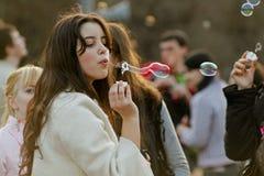 Portret van jonge vrouwen blazende zeepbels op een flashmob in Volgograd Stock Fotografie
