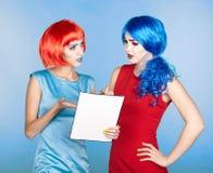 Portret van jonge vrouwen in de grappige stijl van de pop-artsamenstelling wijfjes royalty-vrije stock foto