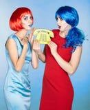 Portret van jonge vrouwen in de grappige stijl van de pop-artsamenstelling wijfjes royalty-vrije stock foto's