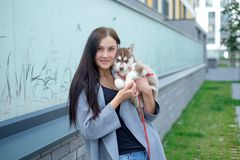 Portret van jonge vrouwen met schor puppy stock afbeelding