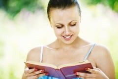 Portret van jonge vrouwenlezing Stock Afbeelding