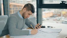 Portret van jonge zakenman die aan rapport in koffie werken stock footage