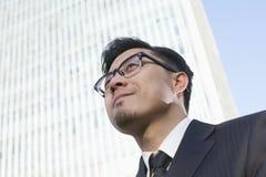 Portret van jonge zakenman door het wereldhandelscentrum in Peking, China Stock Foto