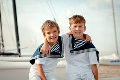 Portret van jonge zeelieden dichtbij jacht Royalty-vrije Stock Foto's