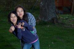 Portret van jonge zusters die de camera bekijken stock afbeeldingen