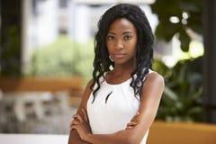 Portret van jonge zwarte onderneemster met gekruiste wapens stock afbeelding