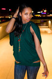 Portret van jonge zwarte in stad bij nacht. Stock Afbeelding