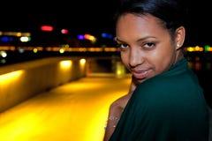 Portret van jonge zwarte in stad bij nacht. Royalty-vrije Stock Foto