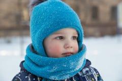Portret van jongen in de winter in openlucht Stock Afbeeldingen