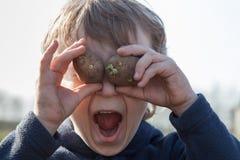 Portret van jongen met aardappels Royalty-vrije Stock Afbeelding