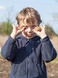 Portret van jongen met aardappels Stock Foto