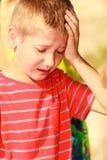 Portret van jongen openlucht in de zomertijd stock foto