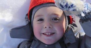 Portret van jongens dichte omhooggaand in de winter stock videobeelden