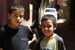 Portret van 2 jongens die, straatachtergrond in giza, Egypte glimlachen Royalty-vrije Stock Foto's