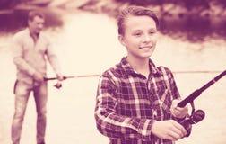 Portret van jongens gietende lijn voor visserij Stock Foto's