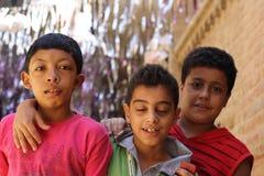 Portret van 3 jongensvrienden in straat in giza, Egypte Stock Foto's