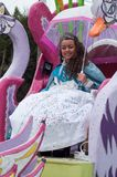 Portret van juffrouw het carnaval glimlachen met paraplu tijdens de parade in de straat stock fotografie