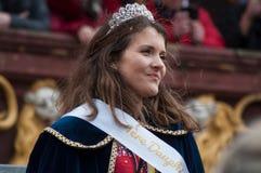 Portret van juffrouw het carnaval glimlachen tijdens de parade in de straat stock foto
