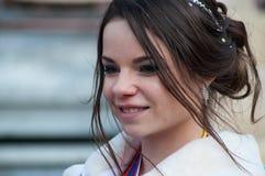 Portret van juffrouw het carnaval glimlachen tijdens de parade in de straat stock fotografie