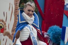 Portret van juffrouw het carnaval glimlachen tijdens de parade in de straat royalty-vrije stock fotografie
