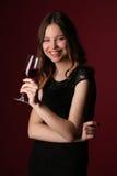 Portret van juffrouw in zwarte kleding met wijn Sluit omhoog Donkerrode achtergrond royalty-vrije stock foto