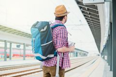 Portret van Kaukasisch mannetje in spoorwegstation royalty-vrije stock foto